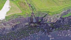 剧烈的海岸线的电影空中射击在峭壁的接近著名苏格兰男用短裙岩石瀑布,斯凯岛 股票录像