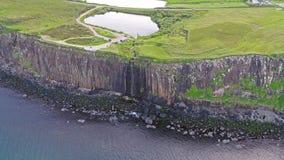 剧烈的海岸线的电影空中射击在峭壁的接近著名苏格兰男用短裙岩石瀑布,斯凯岛 影视素材