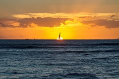 剧烈的火热的橙色夏威夷日落 库存照片