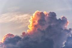 剧烈的灼烧的云彩 免版税库存图片