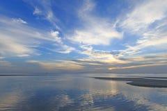 剧烈的热带海滩日落和蓝色海天空 库存图片