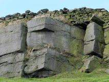 剧烈的石露出在约克夏停泊与崎岖的砂岩 图库摄影