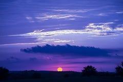 剧烈的红色日落,蓝色云彩 库存图片