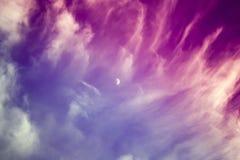 剧烈的红色蓝色紫色天空和云彩与月亮在c 免版税库存照片
