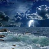 风雨如磐的海,闪电 免版税库存图片