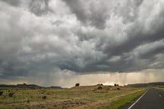 剧烈的风雨如磐的天空在极端新墨西哥东北部 库存图片