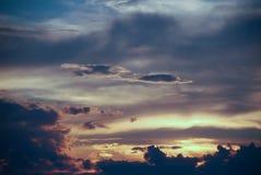 剧烈的风暴天空和不祥的云彩在湖 免版税库存照片