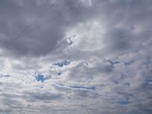 剧烈的黑暗的多云天空 免版税库存图片