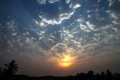 剧烈的黎明太阳Skyscape边缘被点燃的积云 免版税库存图片