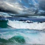 剧烈的黑暗的云彩和大海浪 免版税库存照片