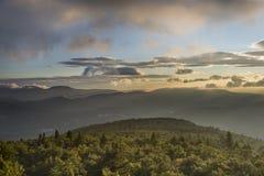剧烈的Catskill山景城在黎明 免版税图库摄影