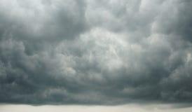 剧烈的Cloudscape -形成在暴雨前的黑暗的多云天空 库存照片