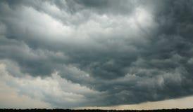 剧烈的Cloudscape -形成暴雨的伸出的黑暗的云彩 免版税图库摄影