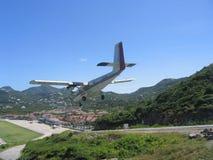 剧烈的Winair飞机着陆在圣Barts机场 免版税图库摄影