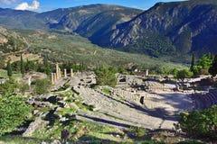 剧院和阿波罗寺庙在特尔斐,希腊 免版税库存图片
