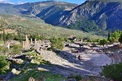 剧院和阿波罗寺庙在特尔斐,希腊 免版税库存照片