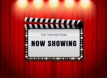 剧院在帷幕斑点光的标志板岩 库存照片