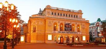 剧院戏曲下诺夫哥罗德在晚上秋天 免版税库存照片