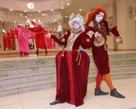 剧院漫步的玩偶绅士Pezho的演员表现剧院抛光的休息室的 图库摄影