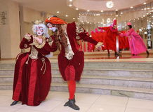 剧院漫步的玩偶绅士Pezho的演员表现剧院抛光的休息室的 免版税库存图片