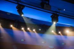 剧院照明设备 从聚光灯的光线通过戏剧性烟 免版税库存照片