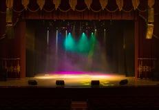剧院的一个空的阶段,点燃由聚光灯和烟 库存图片