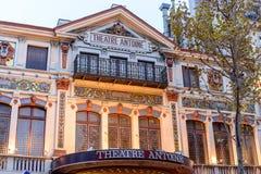 剧院的门面有一个阳台的在秋天树中 免版税库存图片