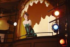 剧院箱子的少妇 免版税图库摄影