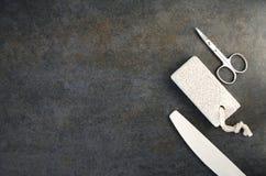 剪刀、指甲锉和轻石顶视图  免版税库存照片