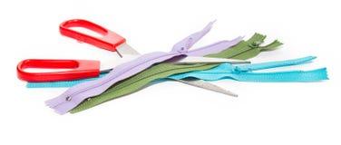 剪刀和三上色在白色背景的拉链 免版税图库摄影