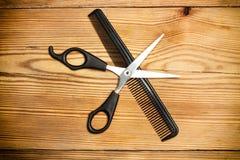 剪刀和梳子 免版税库存图片
