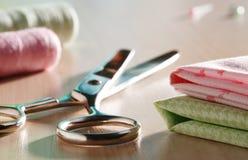 剪刀和缝合的供应 免版税库存照片