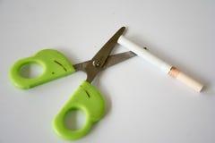剪刀和香烟 库存照片