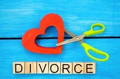 剪刀裁减心脏 题字`离婚` 破坏联系的概念,争吵 倒戈,背叛 m的取消 免版税图库摄影