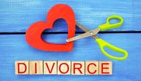 剪刀裁减心脏 题字`离婚` 破坏联系的概念,争吵 倒戈,背叛 m的取消 库存照片