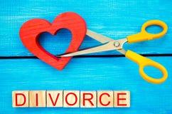 剪刀裁减心脏 题字`离婚` 破坏联系的概念,争吵 倒戈,背叛 m的取消 免版税库存照片