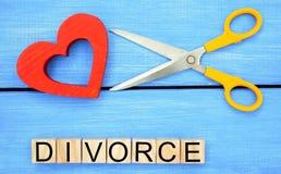 剪刀裁减心脏 题字`离婚` 破坏联系的概念,争吵 倒戈,背叛 m的取消 免版税库存图片