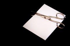 剪刀裁减纸比赛胜利失去的黑色被隔绝的背景金属 免版税库存照片