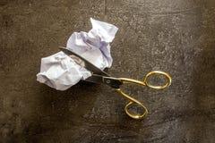 剪刀裁减纸 免版税库存照片