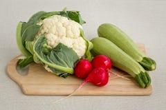剪切不同的蔬菜的董事会 库存图片