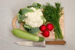 剪切不同的蔬菜的董事会 免版税库存照片