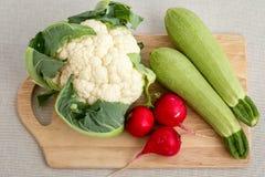 剪切不同的蔬菜的董事会 免版税库存图片