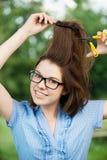 剪切头发她的妇女年轻人 库存照片