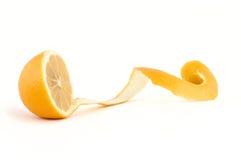剪切新鲜的柠檬长的果皮 免版税库存照片