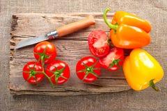 剪切新鲜蔬菜的董事会木 库存图片