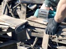 剪切木柴 免版税库存图片