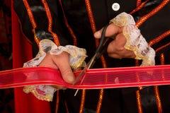 剪切红色丝带 免版税库存图片