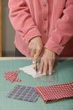 剪切织品quilter 免版税图库摄影