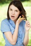 剪切头发她的妇女年轻人 库存图片
