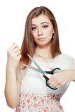 剪切头发她的妇女 免版税图库摄影